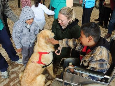 Projects Abroad volunteer conducts canine therapy session