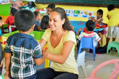 Volunteers do arts and crafts activity with Filipino children