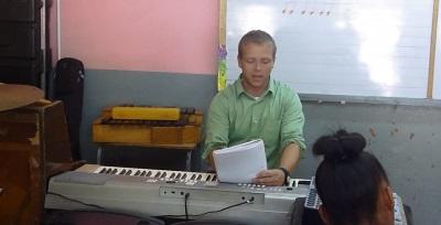 Volunteer teaches children music in Jamaica
